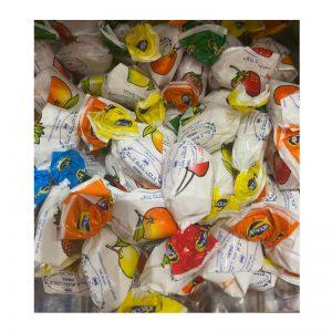 סוכריות בטעמי פירות ממולאות במשקל