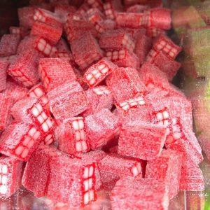 ליקריץ בלוק תות מצופה סוכר חמוץ במשקל