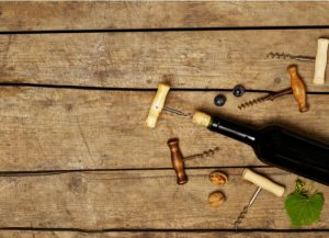 פתיחת בקבוק יין
